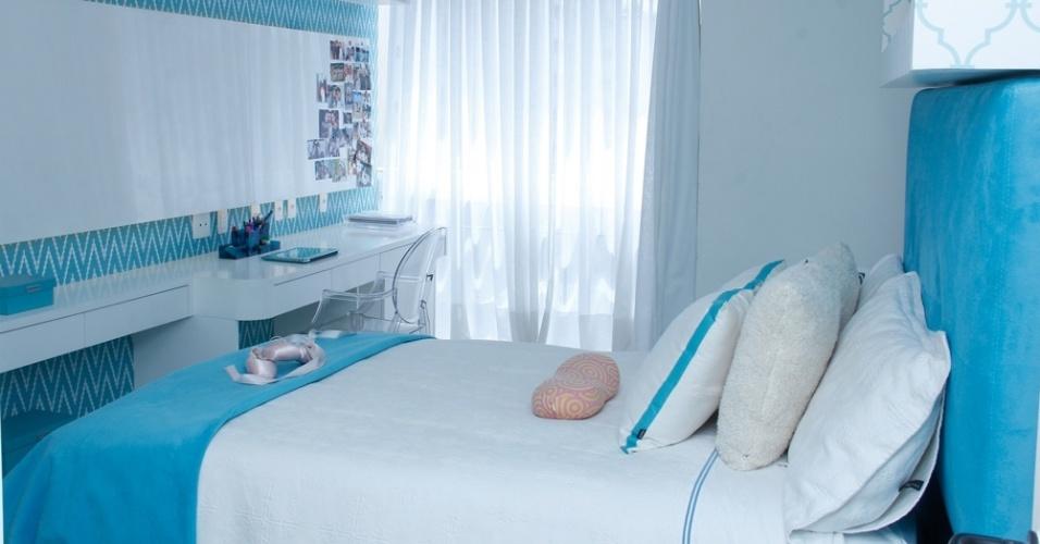 Com 18,7 m² este quarto planejado pela arquiteta Raquel Kabbani foi atualizado para as novas necessidade da adolescente de 13 anos que ainda dormia em um espaço infantil. O projeto de reforma integrou a área com a varanda e adotou a cor azul. A marcenaria completa o ambiente com área de estudos, painel para fotos e armários com porta de correr