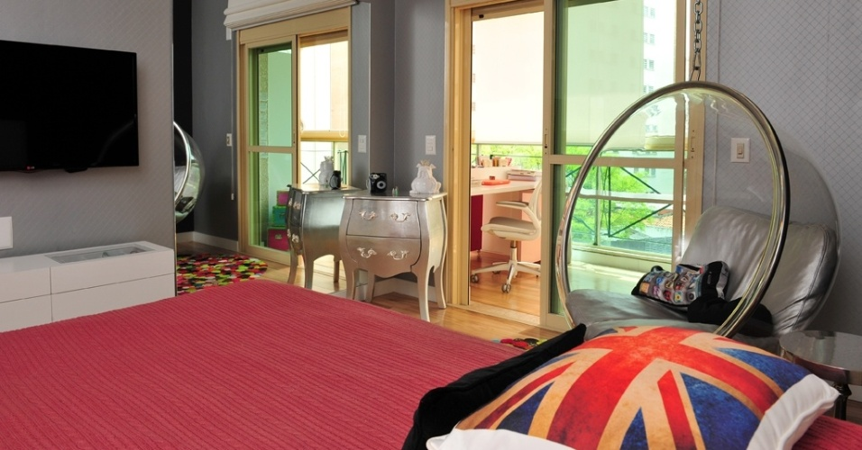 No projeto da arquiteta Karina Korn a cômoda bombê pintada de prateado foi combinada com o estofado da cadeira (na varanda) e da poltrona de balanço. O espelho amplia o espaço e reflete a luz natural que vem do exterior. Sob a TV, um rack com mais área para guardados