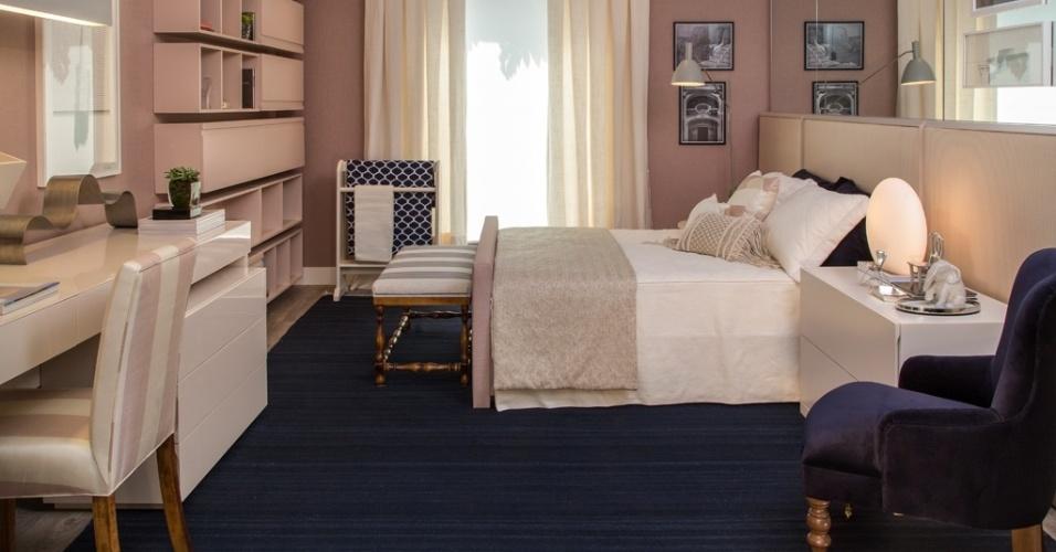 Idealizado para a Mostra Quartos & Etc. por Paula Magnani, este quarto com 17 m² é um exemplo de que a cama de casal tem vez no mundo dos adolescentes. O ar romântico é conseguido pelo uso de tons de cinza como base, misturados ao azul marinho. Sobre a cabeceira, a parede foi revestida com espelhos e, no lado oposto, uma estante com nichos e a escrivaninha completam o ambiente