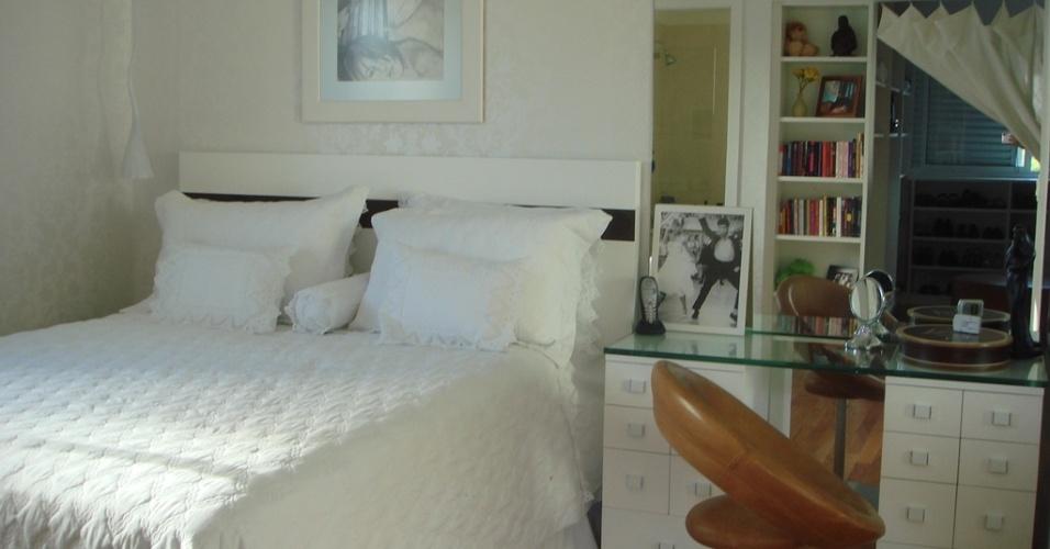 Para comportar o novo quarto com closet da garota com 17 anos, a arquiteta Pammela Resende Menezes uniu dois dormitório totalizando um ambiente com 15 m². Na parede, o papel de parede estampado com arabescos bem claros se alinha à cama de casal e à penteadeira, que também funciona como criado-mudo. No espelho, é possível ver o móvel do closet, que foi planejado com uma das faces contendo prateleiras voltadas para o dormitório