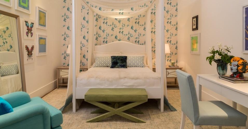 Projetado para a Mostra Quartos & Etc., pelo decorador Marco Aurélio Viterbo, este ambiente com 15 m² foi pensado para meninas românticas acima de 13 anos. O papel de parede florido e a cama com dossel compõem o clima que é amenizado pelos móveis em linhas mais retas. A proposta em tons de azul e verde rompe com o paradigma de que rosa é