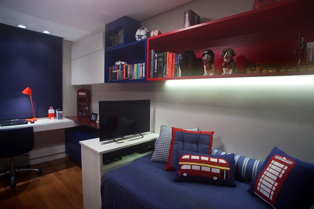 Neste quarto de 10,57 m², criado por Ana Yoshida, a inspiração foi Londres. Para aproveitar a área bem enxuta, a arquiteta posicionou o mobiliário de forma racional: sobre a bi-cama com rack na 'peseira' (onde está instalada a TV), prateleiras e um armário ocupam a extensão da parede. Sob a janela está a bancada do computador, que aproveita - durante o dia - a incidência de luz natural