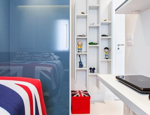 O quarto deste adolescente foi decorado pela designer Audrea Castro e é inspirado no Reino Unido, onde o garoto fez intercâmbio. Com 7,57 m², o ambiente conta com detalhes em azul nos móveis, além dos vidros que fecham os armários (Todeschini) e no felpudo tapete