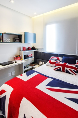 O quarto deste adolescente foi decorado pela designer Audrea Castro e é inspirado no Reino Unido, onde o garoto fez intercâmbio. Com 7,57 m², o ambiente conta com detalhes em azul nos móveis, além dos vidros que fecham os armários (Todeschini) e a cabeceira jeans da Unique Mood. A persiana é do tipo romana, da Alamanda