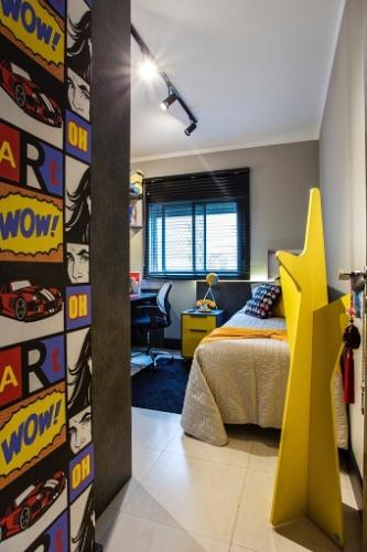 Com sete metros quadrados, este quarto marca a passagem da infância para a adolescência de uma menina com 13 anos. Aqui, o preto, o cinza e o amarelo substituem o rosinha, no projeto do designer Ricardo Lopez. O armário com a escrivaninha fica ao lado da bi-cama e a parede foi revestida com papel inspirado nas ilustrações de Roy Lichtenstein