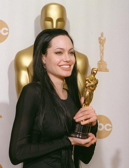 Angelina com o Oscar de melhor atriz codjuvante por