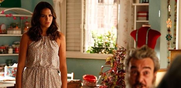 Mari (Bruna Marquezine) escuta conversa entre Eva (Soraya Ravenle) e Jurandir (Alexandre Borges) e fica surpresa com a revelação sobre sua origem