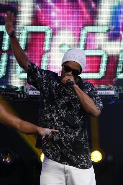 6.jun.2015 - Ronaldinho Gaúcho canta sua música