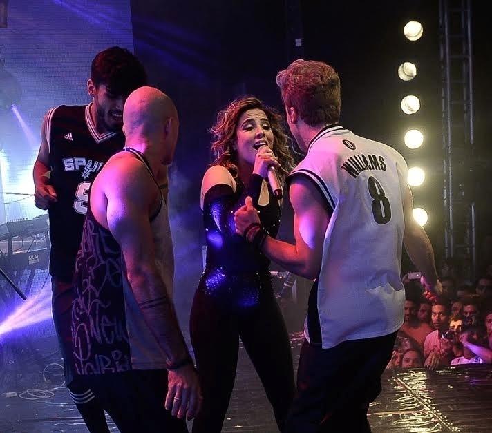 6.jun.2015 - Wanessa canta com fãs no palco da casa noturna The Week, em São Paulo