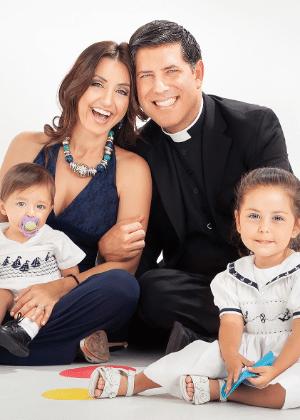 O ex-padre católico Alberto Cutié com a mulher, Ruhama, e os filhos, Albert e Camila