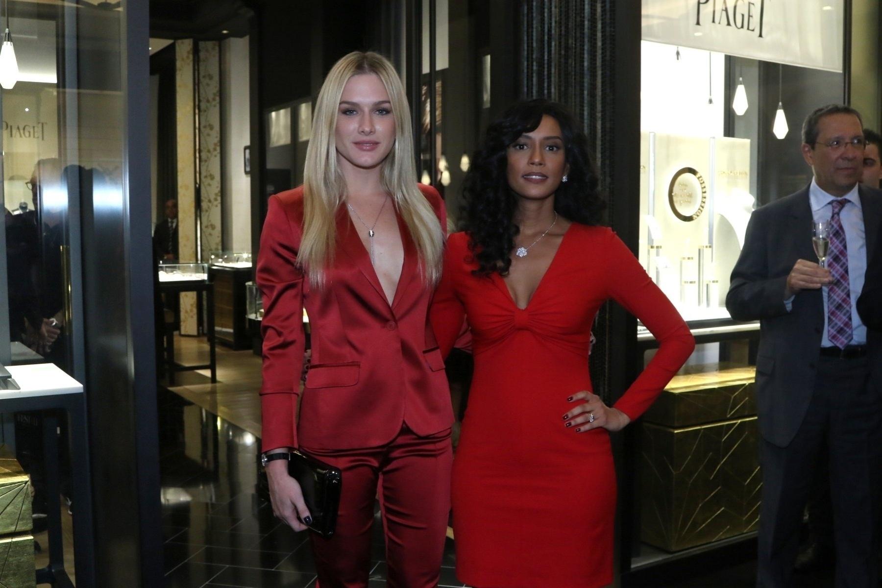 11.jun.2015- Fiorella Mattheis e Taís Araújo apostam em look vermelho e decote para inauguração de boutique em São Paulo