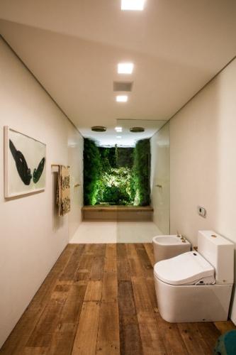 Integrado à área dos chuveiros, o jardim de inverno proporciona bem-estar e frescor ao banheiro projetado por Carolina Maluhy. No ambiente, as louças e metais são da Deca. A Mostra Black fica em cartaz até dia 21 de junho de 2015, na Oca - pavilhão Lucas Nogueira Garcez, no Parque Ibirapuera, em São Paulo (SP)