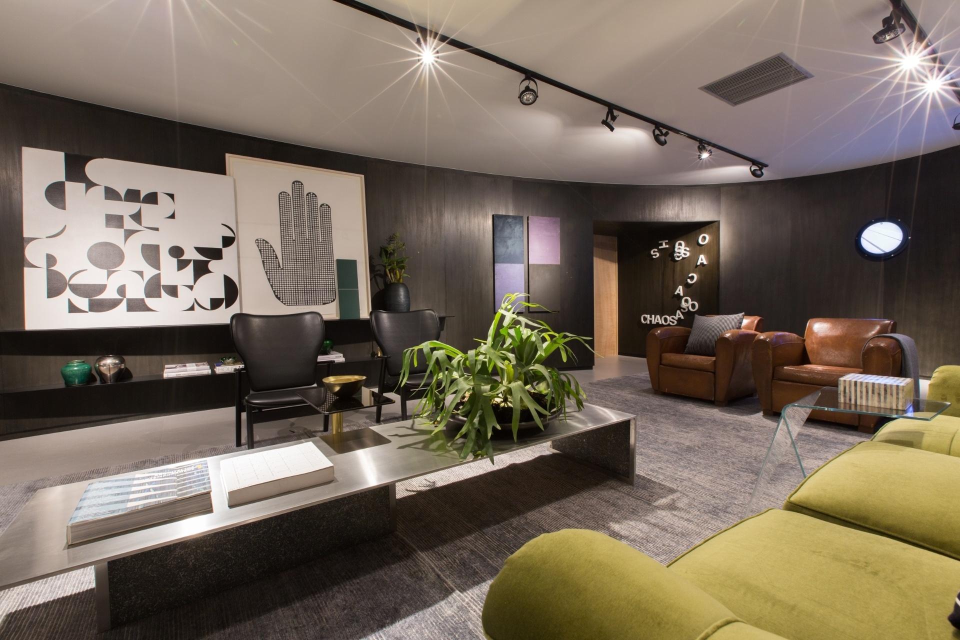 João Armentano combina peças de diferentes épocas com móveis contemporâneos para criar sua sala de estar. A mesa de centro em aço inox (Mekal) e as poltronas em couro exemplificam esse arranjo. Nas paredes, as obras de arte em tons claros criam contraste com o acabamento escuro. A Mostra Black fica em cartaz até dia 21 de junho de 2015, na Oca - pavilhão Lucas Nogueira Garcez, no Parque Ibirapuera, em São Paulo (SP)