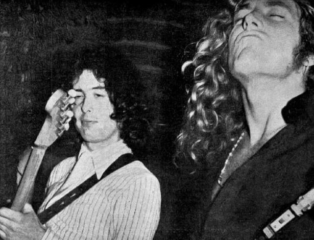 O guitarrista Jimmy Page e o vocalista Robert Plant se apresentam na Índia, em 1972