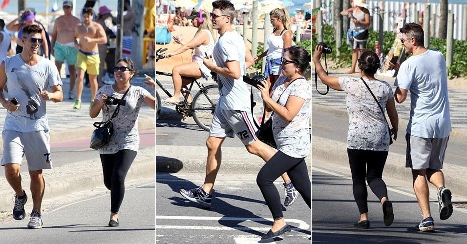 14.jun.2015 - Fã corre muito para alcançar Reynaldo Gianecchini, que não para seu exercício na orla de Ipanema. Merecidamente, a fã consegue tirar a tão desejada foto com o ator