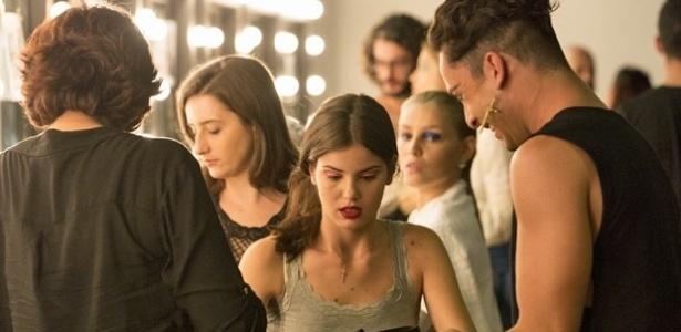 Angel (Camila Queiroz) fica surpresa com o presente que recebe antes do desfile e Visky (Rainer Cadete) não esconde a curiosidade para saber quem é o admirador secreto