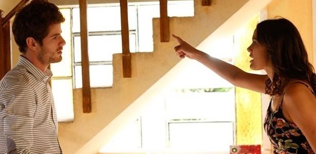 Ben (Maurício Destri) quer saber de Mari (Bruna Marquezine) sobre o noivado com Grego (Caio Castro). Ela nega, mas briga feio com o arquiteto e o acusa de traição