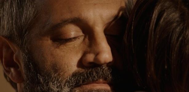 Miguel (Domingos Montagner) pede um abraço a Joaquim e fica emocionado com o carinho do filho que teve com Lígia (Débora Bloch)