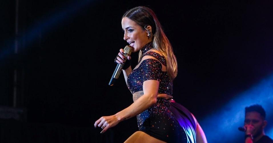 14.jun.2015 - A cantora Claudia Leitte desceu até o chão e sensualizou durante show no encerramento da 29ª Festa do Peão de Americana, no interior de São Paulo
