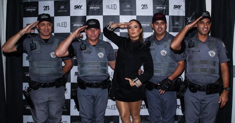 14.jun.2015 - Claudia Leitte posa com policiais militares antes de subir no palco em Americana, no interior de São Paulo