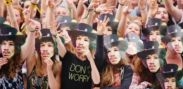 Público usa máscaras de Jimi Hendrix no Festival da Ilha de Wight, na Inglaterra