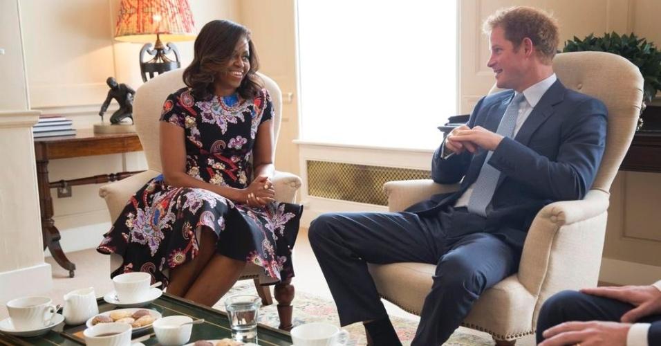 16.jun.2015 - Michelle Obama, primeira-dama dos Estados Unidos, toma chá com o Príncipe Harry no palácio de Kensington, na Inglaterra