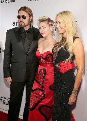 Miley Cyru participa ao lado dos pais, o cantor Billy Ray Cyrus e a produtora Tish Cyrus, do Baile de Gala da amfAR de 2015