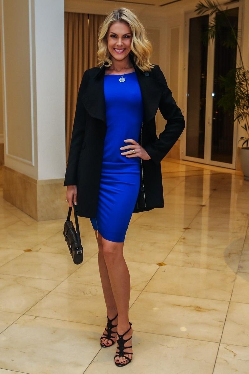 16.jun.2015 - Ana Hickmann mostra seu vestido no aniversário de 39 anos de Ticiane Pinheiro, no apartamento da apresentadora, no Morumbi, zona sul de São Paulo, na noite desta terça-feira