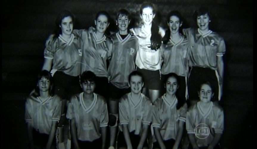 16.jun.2015 Gisele Bündchen posa com seu antigo time de vôlei. Ela era a mais alta da equipe e