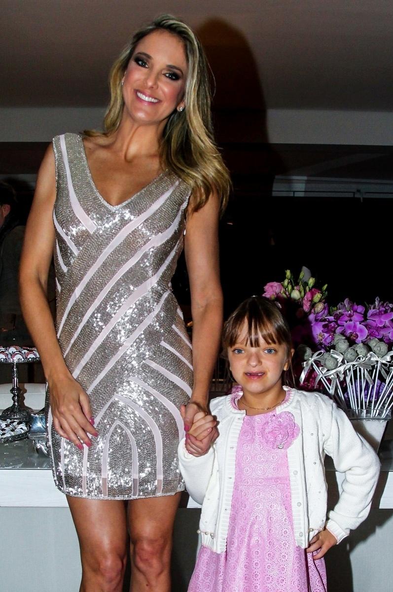 16.jun.2015 - Rafinha Justus, única filha de Ticiane Pinheiro, parabeniza a mãe por seus 39 anos na festa de aniversário da apresentadora em seu apartamento, no Morumbi, zona sul de São Paulo, na noite desta terça-feira