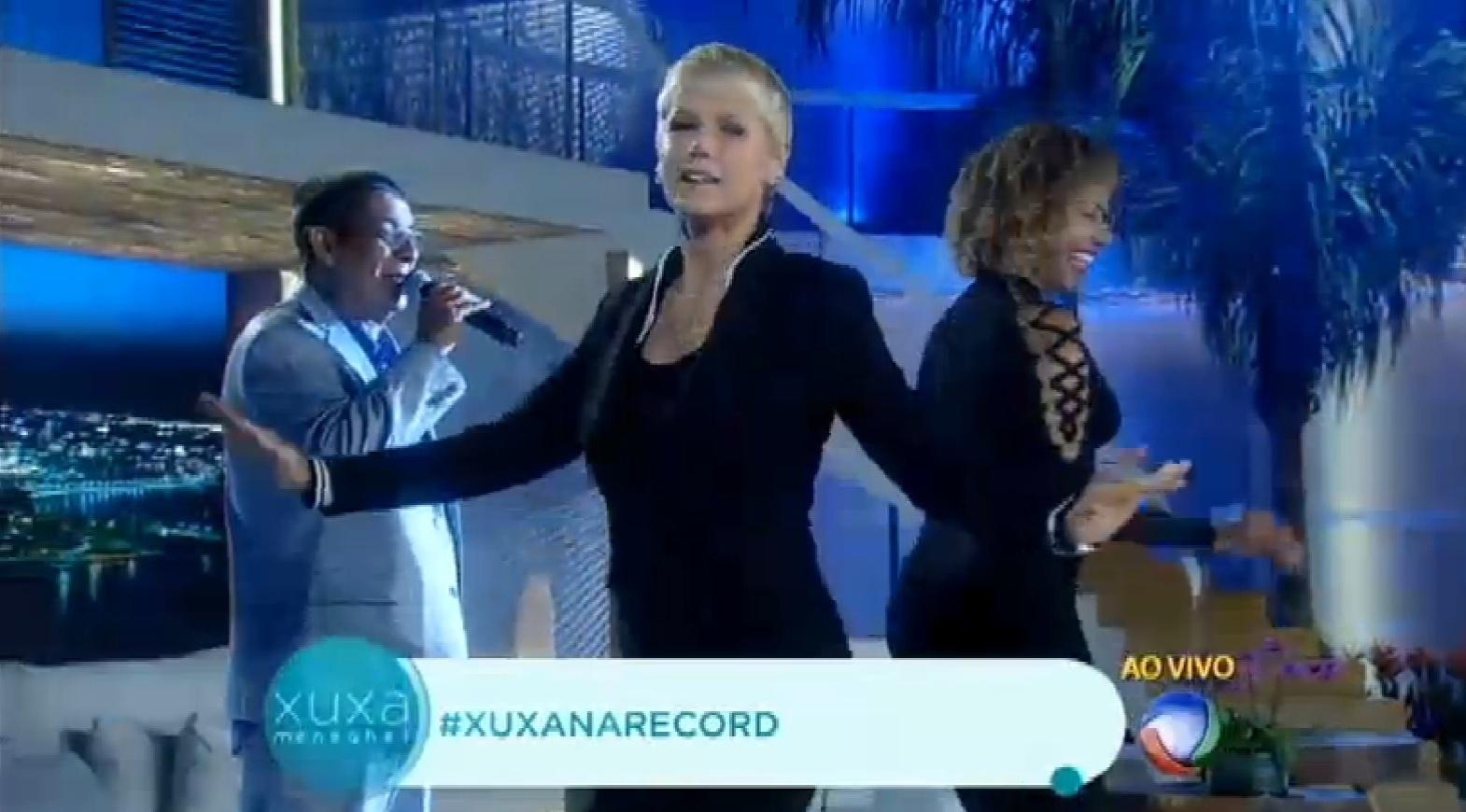 31.ago.2015 - Durante seu programa, Xuxa corrige Zeca Pagodinho após ser chamada de Globeleza