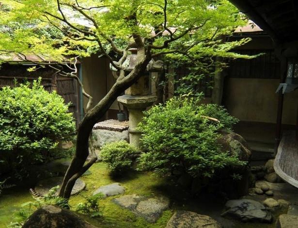 Conhecidos por seus jardins, os japoneses são mestres em integrar a natureza à arquitetura. Neste exemplo, em Kyoto, no Japão, esta árvore é o centro do pátio interno compondo com os caminhos de pedra e as topiarias