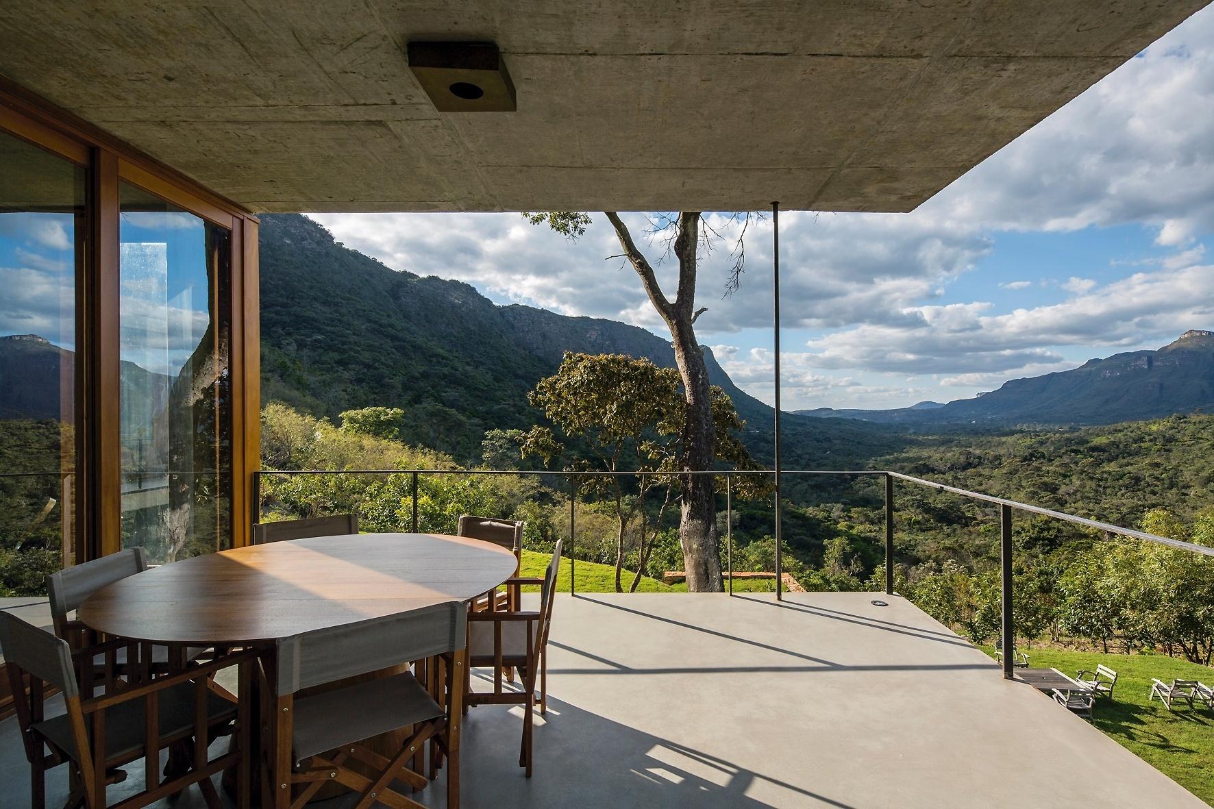 Da varanda do estar é possível desfrutar a paisagem da Chapada Diamantina (BA) e a imensidão do vale com suas montanhas verdes. A Casa do Bomba foi projetada pelo escritório Sotero Arquitetos