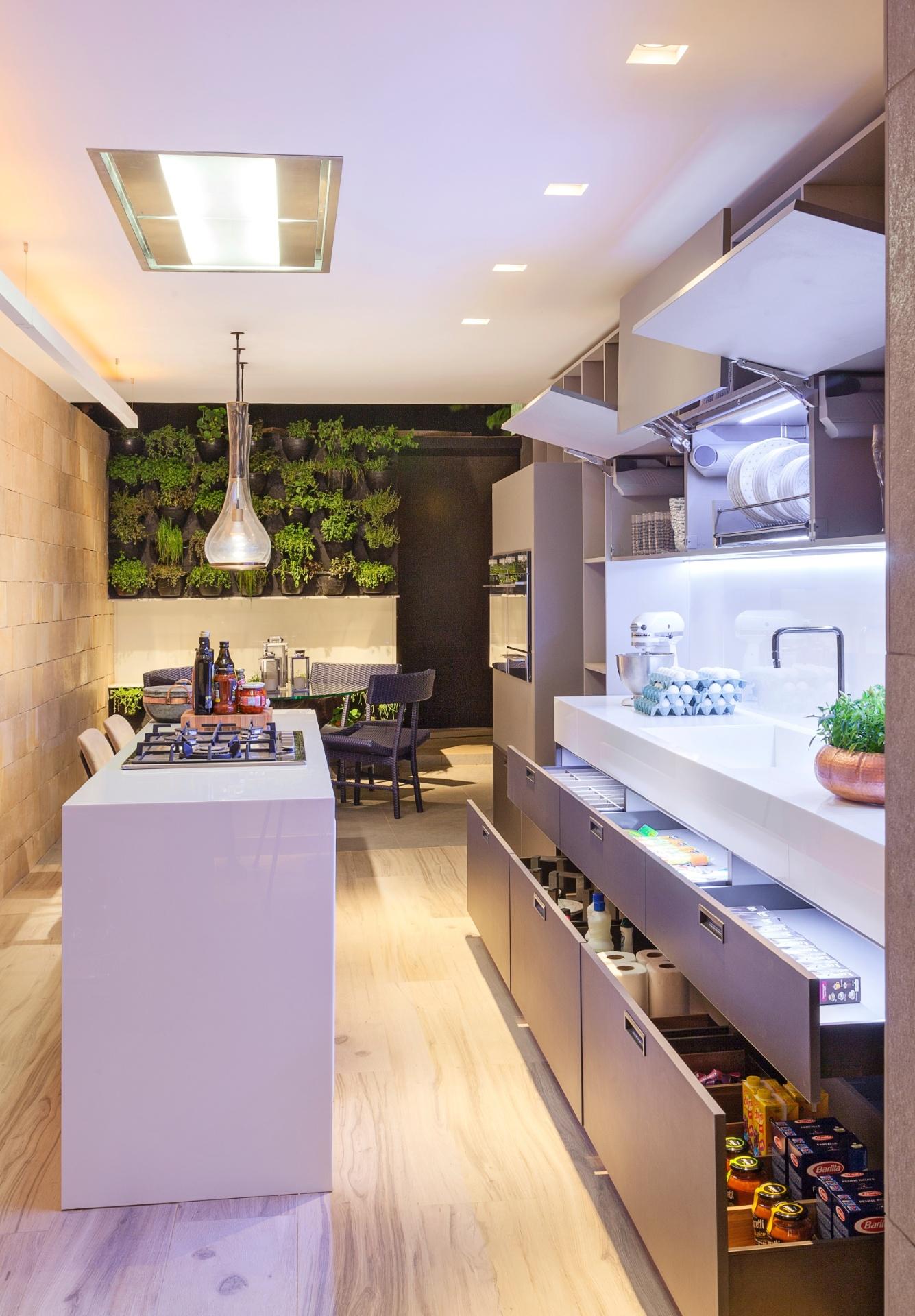 Na Cozinha A Bancada Com Pia E Cooktop à © Feita De Granito Preto  #9A6931 1335 1920