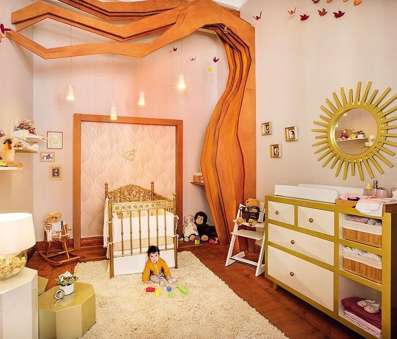 Dourado e alaranjados definem o Quarto de Emilia, de Natalia Zapata Talavera e Daniella Larrabure Terry. Além da paleta de cores pouco usual para um dormitório de bebê, outros elementos chamam a atenção, tais como o berço todo em bronze