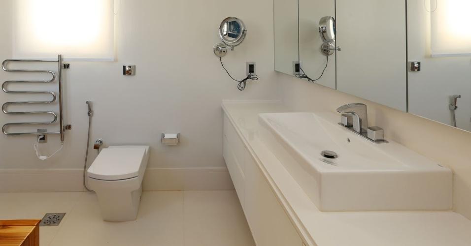 O banheiro da senhora tem vaso sanitário sem caixa acoplada. A válvula utilizada, no entanto, é de duplo fluxo (Deca). A torneira para cuba é Docol e as paredes receberam pintura com tinta a base d'água. A casa Campinas tem projeto de arquitetura assinado por Teresa d'Ávila