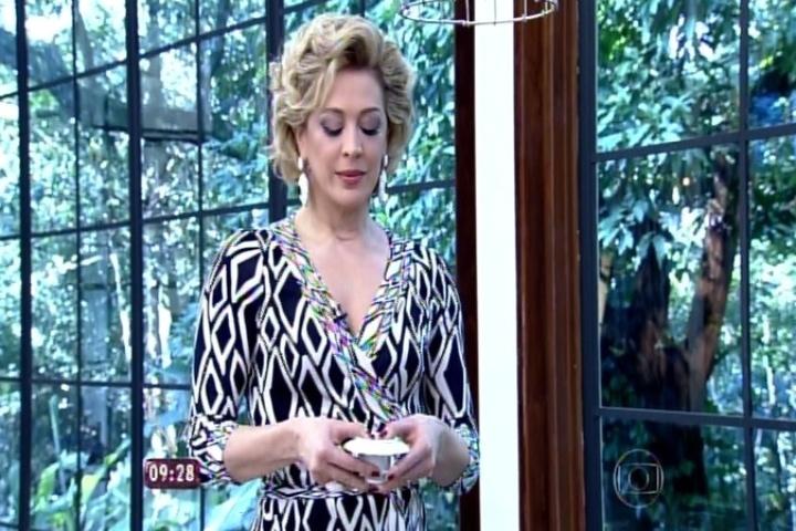 Claudia Raia mentaliza perguntas para saber a sua sorte na borra do café