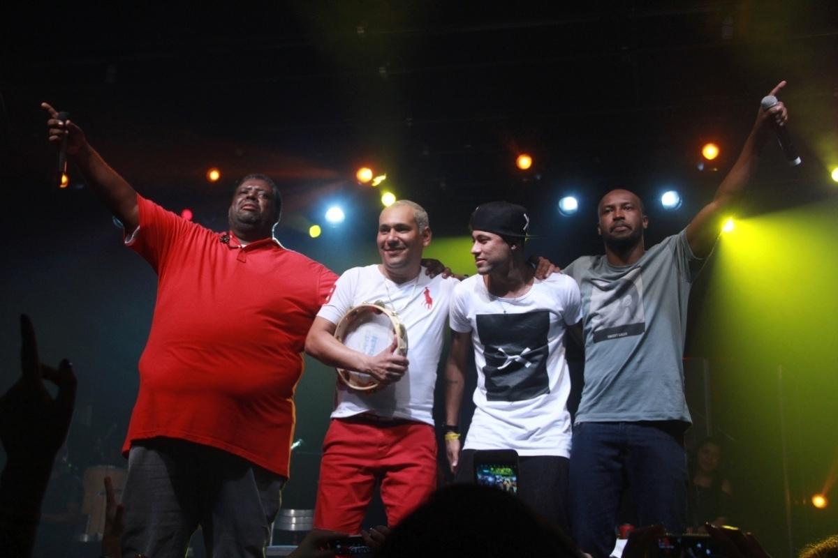 16.jul.2015 - Péricles, Chrigor, Neymar e Thiaguinho agradecem os aplausos do públicodo Audio Club, na Barra Funda, em São Paulo, após o show