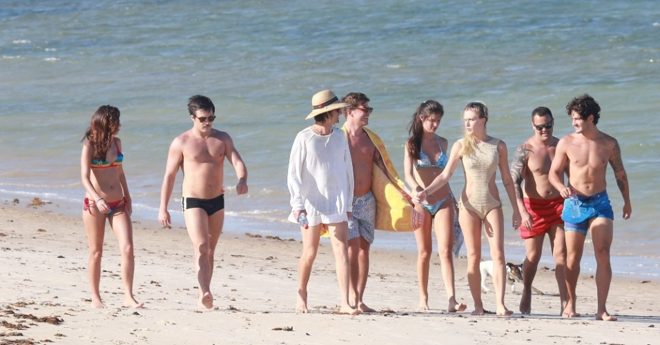 4.fev.2015 - Sem saber se continua no Brasil em 2016, Pato aproveita as férias ao lado de amigos e da namorada, Fiorella Mattheis, em Trancoso, na Bahia
