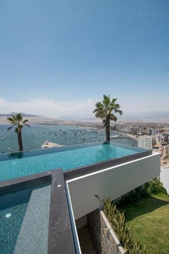 O arquiteto Adrián Noboa incluiu essa piscina com borda infinita no projeto de reforma da residência situada em uma colina no distrito de Ancón, na região litorânea do Peru. A casa foi desenhada originalmente em 1958, pelo suíço Theodor Cron