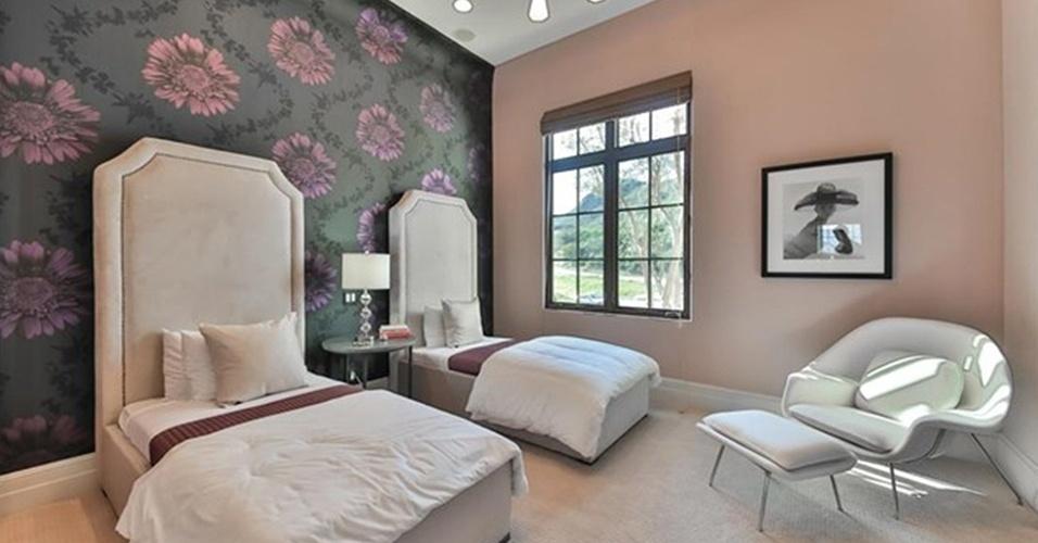 Um dos cinco quartos localizados na mansão de Britney Spears tem papel de parede floral com fundo escuro, que cria um contraste interessante com as duas camas com cabeceiras estofadas e altas. À direita, uma poltrona Womb (desenhada por Eero Saarinen, em 1946) com pufe convida ao descanso. A residência fica na Califórnia, Estados Unidos, e está à venda por US$ 8,9 milhões, o equivalente a R$ 32 milhões (cotação do dia 13.maio.2016)