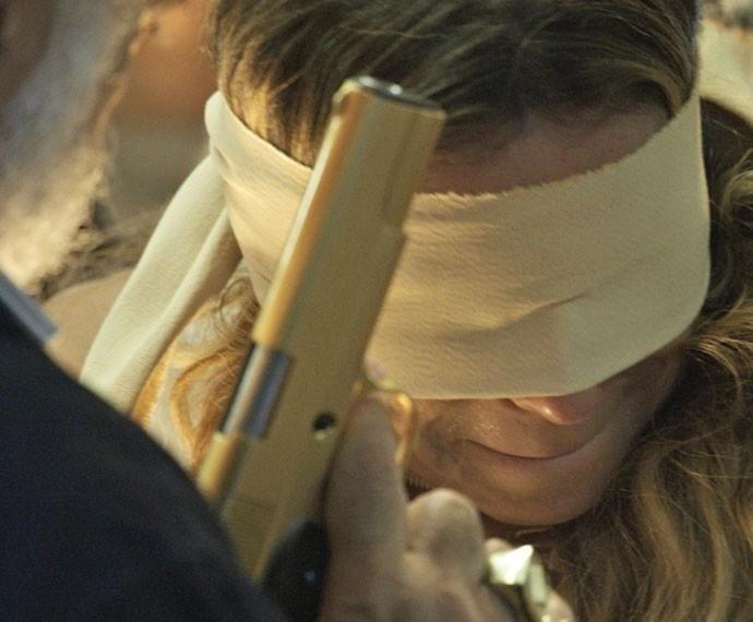 Atena (Giovanna Antonelli) se nega a matar Romero Rômulo e é ameaçada de morte pelos membros da facção