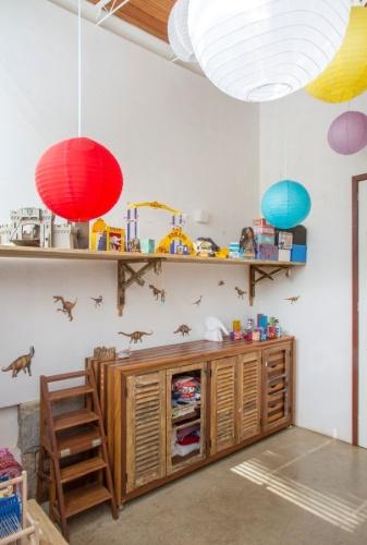 Tudo é personalizado e decorado com motivos infantis no dormitório das duas meninas. Do móvel com prateleiras e gavetas aos brinquedos e balões coloridos, a atmosfera é de pura alegria. A Casa em Samambaia é um projeto do arquiteto Rodrigo Simão