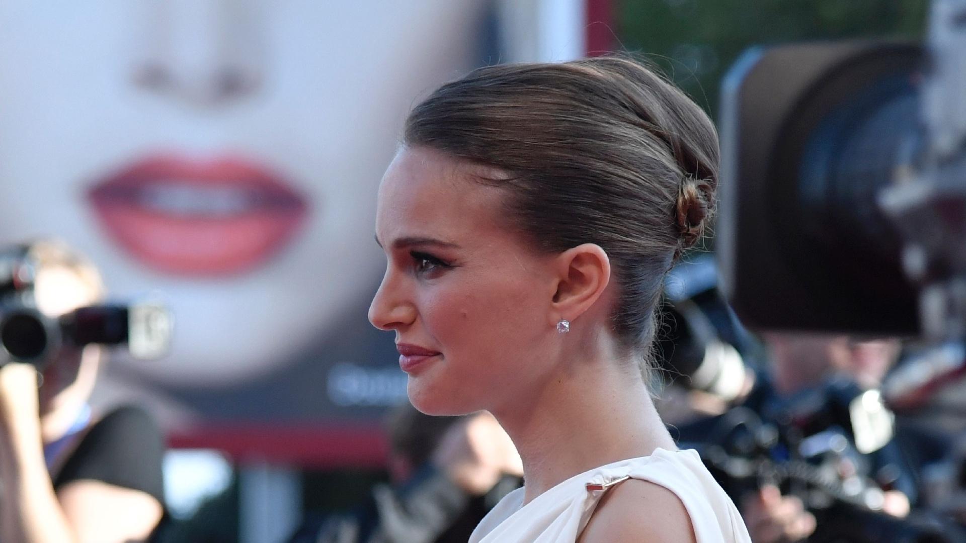 8.set.2016 - Natalie Portman exibe barriguinha de grávida durante o tapete vermelho de