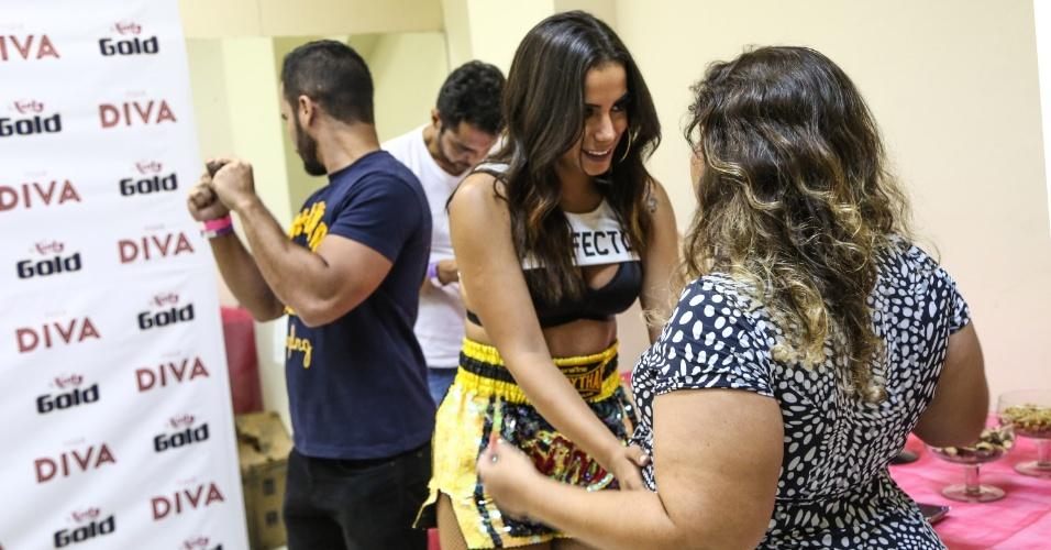 No camarim, antes do ensaio do Bloco das Poderosas, Anitta faz carinho na barriga de sua assessora, que está grávida. Já passava de meia-noite quando a cantora chegou ao clube Monte Líbano, no Leblon, Zona Sul do Rio