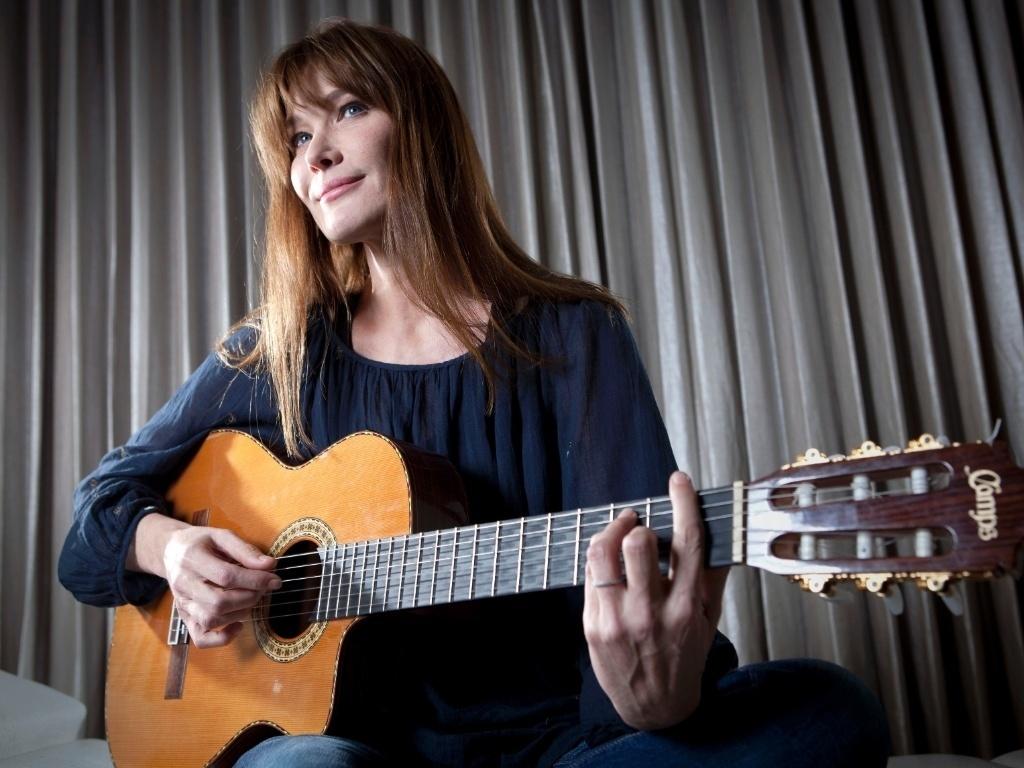 Cantora Carla Bruni Sarkozy promove seu álbum