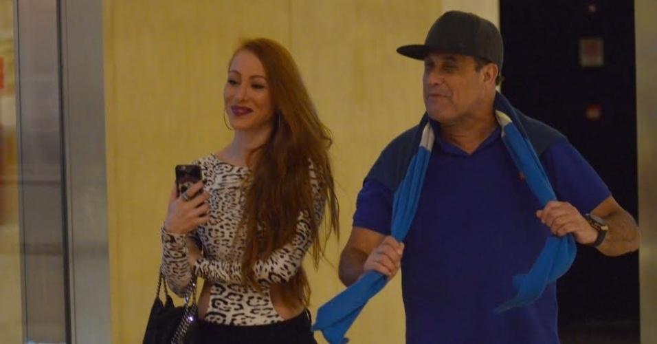 11.ago.2015 - Após Aline Dahlen confirmar ao UOL no começo do mês de agosto que estava namorando com Sérgio Mallandro, a ex-BBB foi fotografada ao lado do humorista em um cinema de um shopping na Barra da Tijuca, Zona Oeste do Rio