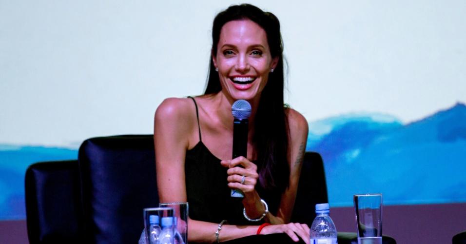 5.dez.2015 - A atriz e diretora de cinema Angelina Jolie fala a jovens cineastas no Festival Internacional de Cinema do Camboja