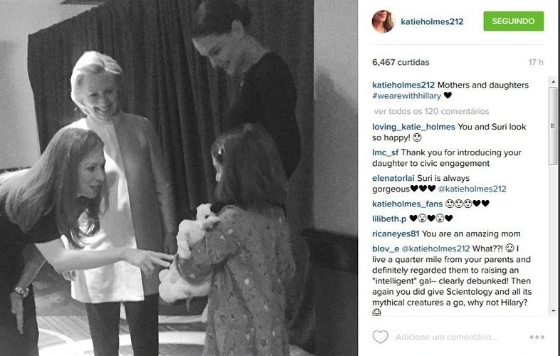 17.dez.2015 - Katie Holmes leva Suri Cruise para conhecer Hillary Clinton, pré-candidata à presidência dos Estados Unidos, e a filha dela, Chelsea, durante evento em Nova York.