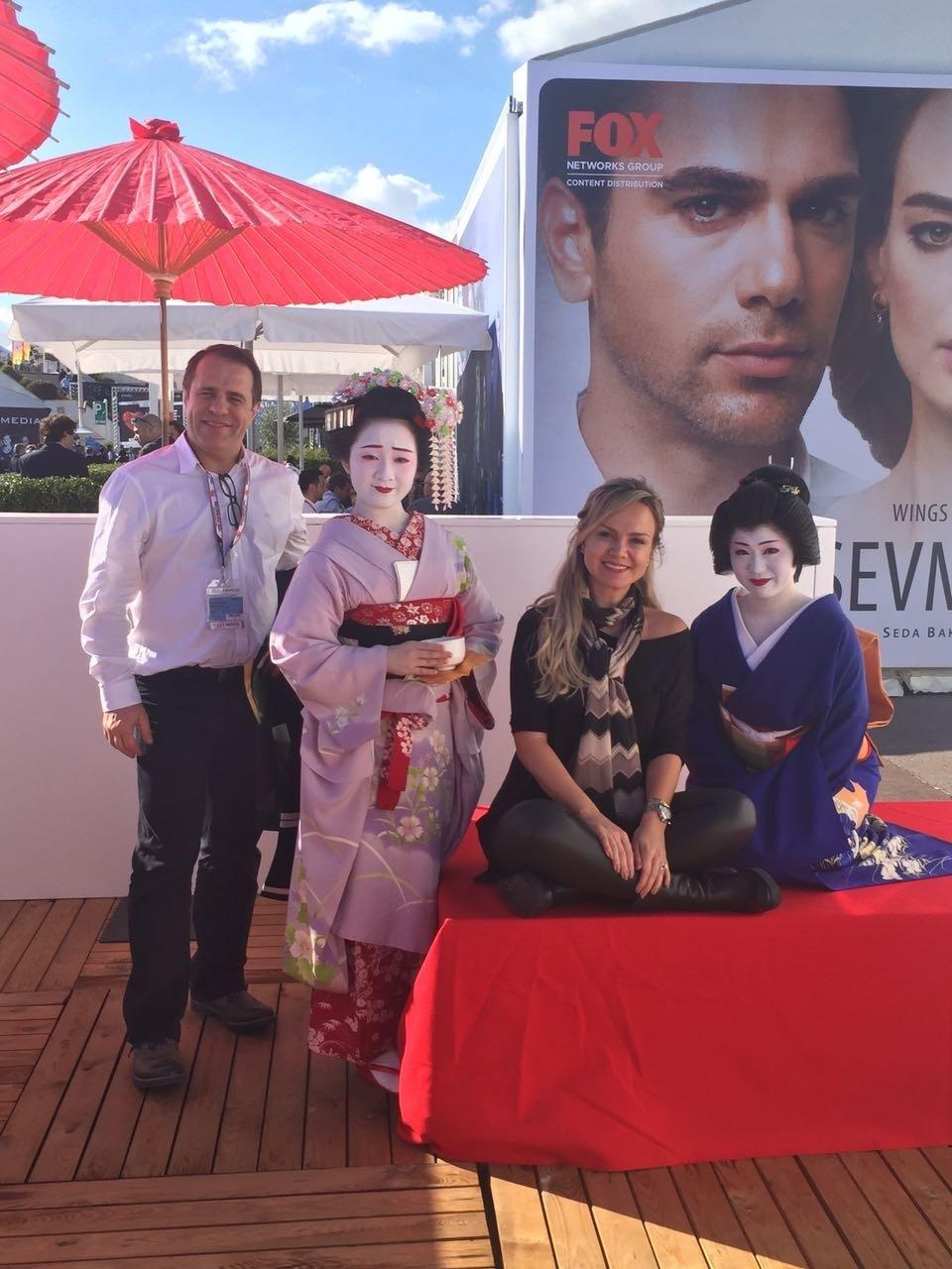 Fernando Pelégio, diretor-artístico do SBT, e Eliana na Mipcom, que homenageou o Japão